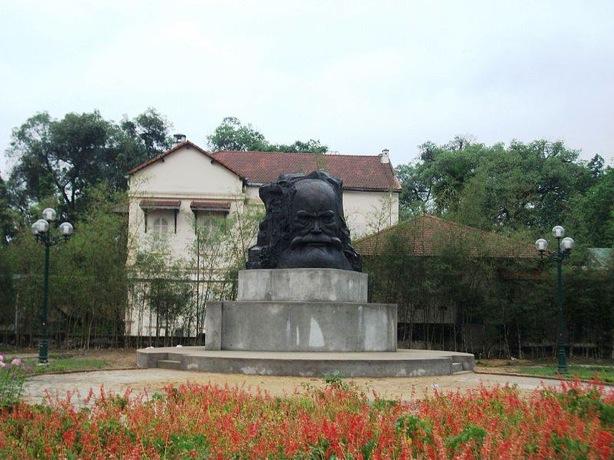 ファン・ボイ・チャウの銅像
